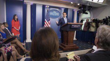 El nuevo director de Comunicaciones de la Casa Blanca, Anthony Scaramucci, durante su primera rueda de prensa. Al fondo, Sarah Huckabee Sanders, nombrada nueva portavoz tras la dimisión de Sean Spicer..
