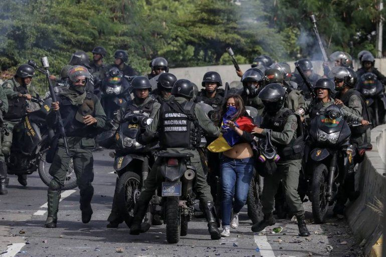 La joven Paula Colmenares fue perseguida por todo un contingente de la Guardia Nacional que luego de golpearla, la llevó a un centro de detenciíon.