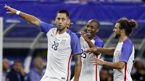 Clint Dempsey (izquierda) empató la marca como máximo goleador en la historia de Estados Unidos al anotar el segundo gol a los Ticos.