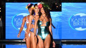 Modelo presenta la nueva colección de la marca Karma Bikinis.