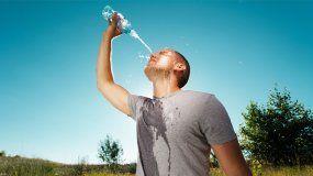 Hay que beber agua con más frecuencia para evitar la deshidratación.