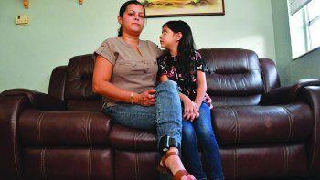 María de los Ángeles y su hija aguardan en casa por una solución.