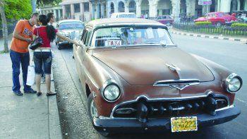 Los taxis, cacharros del siglo pasado, entre la carencia y la creatividad de los mecánicos, se mantienen rodando en la capital cubana.