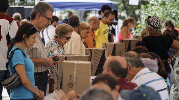 Un grupo de personas participa en la votación de las primarias de la alianza Mesa de la Unidad Democrática (MUD).