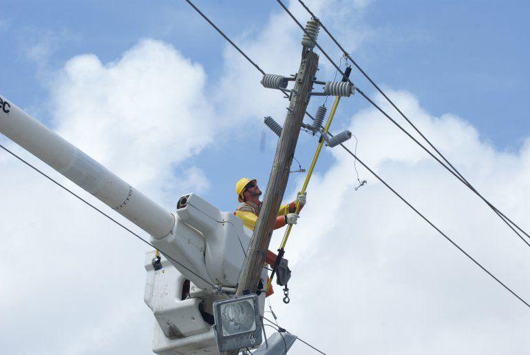 Un trabajador de FPL reestablece el servicio de energía en Miami-Dade