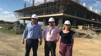 Esteban Madriñan Victoria, Jaime Miller y Mercedes Steneri junto a la construcción de Zonamerica Colombia.