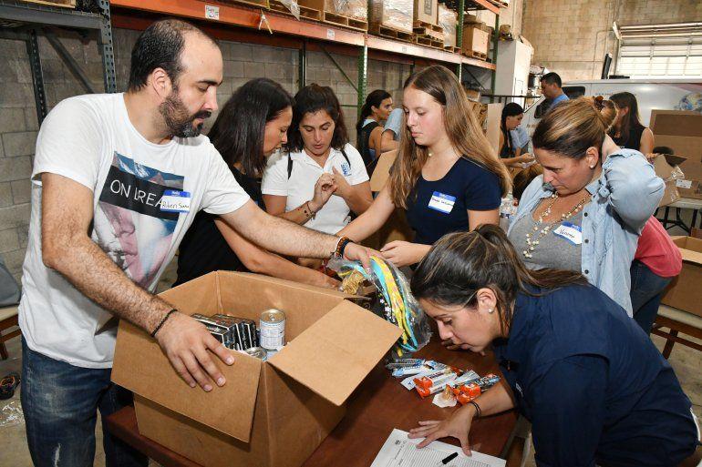 Empleados y voluntarios participaron en la jornada de embalaje de donaciones que serán enviadas a la comunidad venezolana.