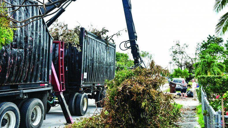 Camiones recogen la basura causada por el huracán Irma, en la ciudad de Hialeah.