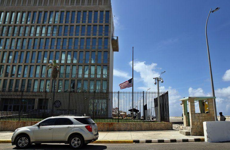 """Vista de la embajada de los Estados Unidos el martes 03 de octubre de 2017, en La Habana (Cuba). El dia que EE.UU decidió expulsar a 15 diplomáticos cubanos de Washington como acción de reciprocidad a la drástica reducción del personal en su embajada en La Habana por los supuestos """"ataques acústicos""""."""