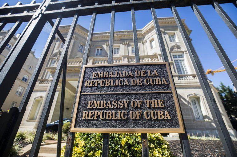 La fachada de la embajada cubana en Washington (Estados Unidos) hoy, 3 de octubre de 2017. Estados Unidos ordenó la salida de 15 funcionarios de la embajada cubana en Washington, en respuesta a los supuestos
