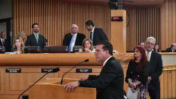 El alcalde de Hialeha, Carlos Hernández, en su intervencion en la comision del Condado Miami-Dade. Al fondo, en el centro, el alcalde del condado Miami-Dade, Carlos Gimenez