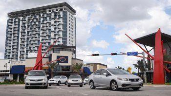 Vista de uno de los accesos al downtown de la ciudad de Doral, en Florida.