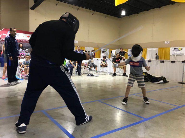 Padres e hijos participaron en competencias recreativas de esgrima.