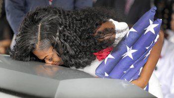 El féretro, envuelto en una bandera estadounidense, entró a media mañana a la iglesia para un funeral en el que sus familiares, encabezados por la viuda, Myeshia Johnson, vistieron de blanco.