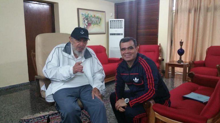El ministro de la Defensa de Venezuela, Vladimir Padrino, junto a Fidel Castro en una imagenq ue compartió en sus redes sociales, en septiembre de 2015.