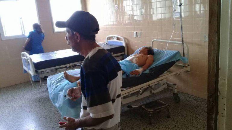 Un paciente y visitantes del hospital.