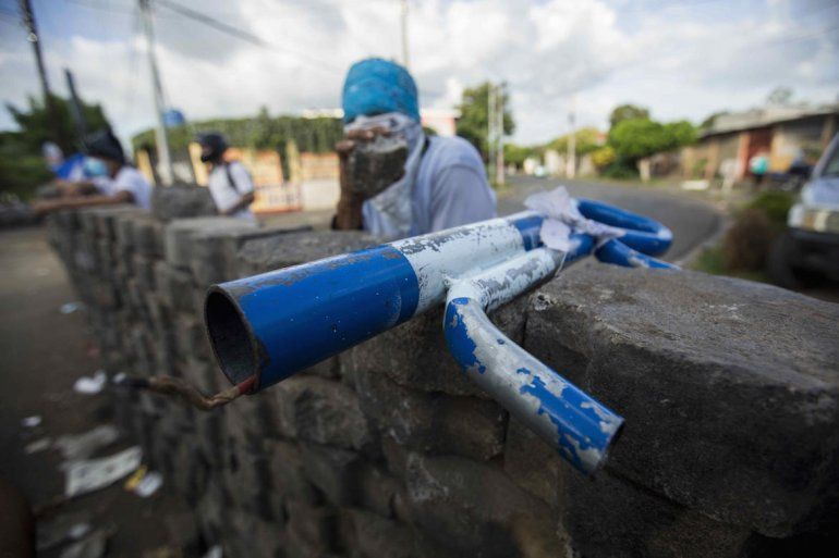 Vista de un lanza morteros sobre una barricada de adoquines durante el día número 45 de protestas en contra del gobierno de Daniel Ortega.