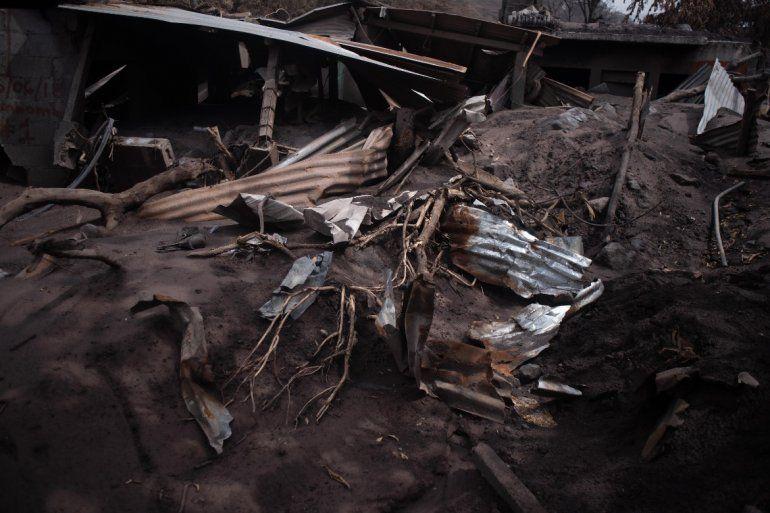 Vista de una casa destrozada por la lava y las cenizas del Volcán de Fuego, en Guatemala.