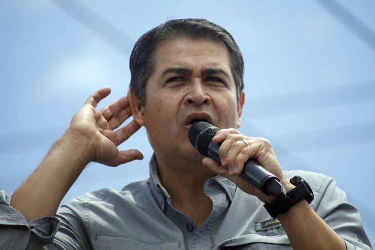El presidente de Honduras, Juan Orlando Hernández, escucha a la multitud durante un mitin en Tegucigalpa, Honduras, el 22 de junio de 2019.