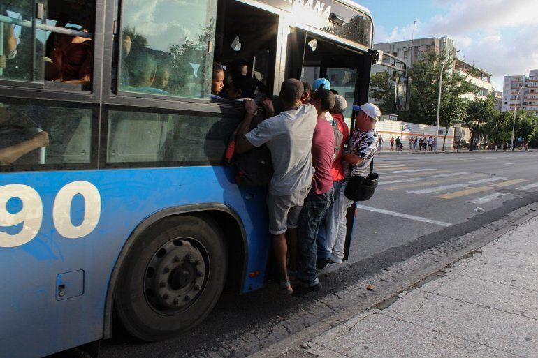 Fotogfafía del 11 de septiembre de 2019 de varias personas colgadas de un ómnibus en La Habana, en medio de una severa crisis de combustible y transporte.