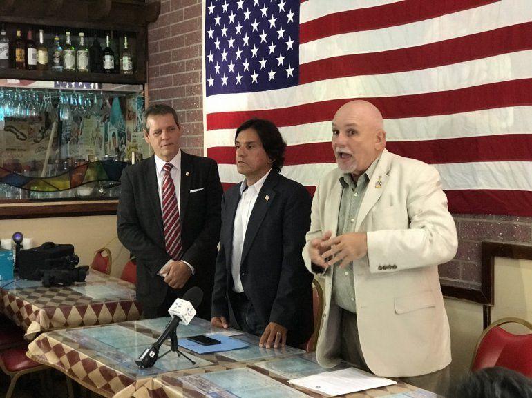 Los candidatos al Concejo de Hialeah Fernando Godo (cen.) y Eduardo Macaya (der.), durante una rueda de prensa.