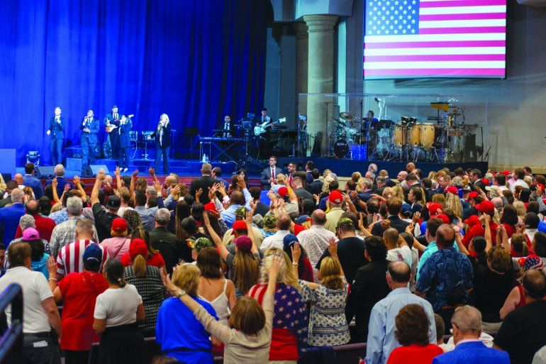 Música, vítores y alabanzas sonaron en el salón de la iglesia evangélica El Rey Jesús.