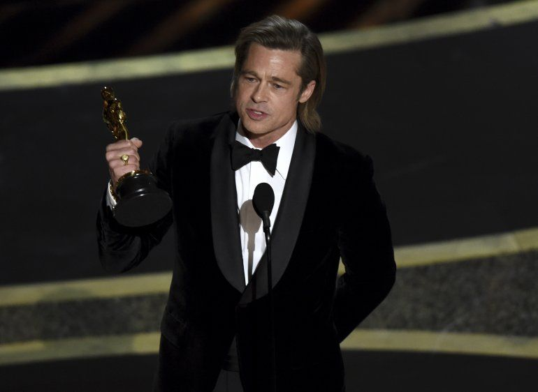 "Brad Pitt recibe el premio a mejor actor de reparto por ""Once Upon a Time in Hollywood"" en los Oscar el domingo nueve de febrero de 2020 en el Teatro Dolby, en Los Angeles."