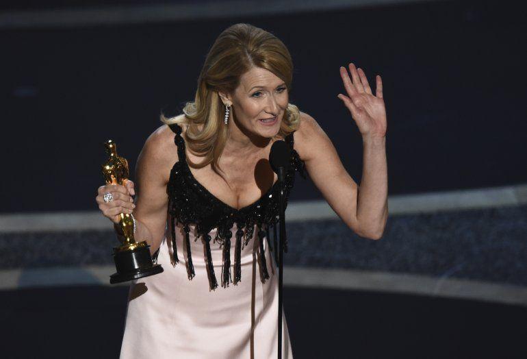 """Laura Dern recibe el Oscar a la mejor actriz de reparto por su trabajo en """"Marriage Story"""" el domingo nueve de febrero del 2020 en el Teatro Dolby en Los Angeles."""