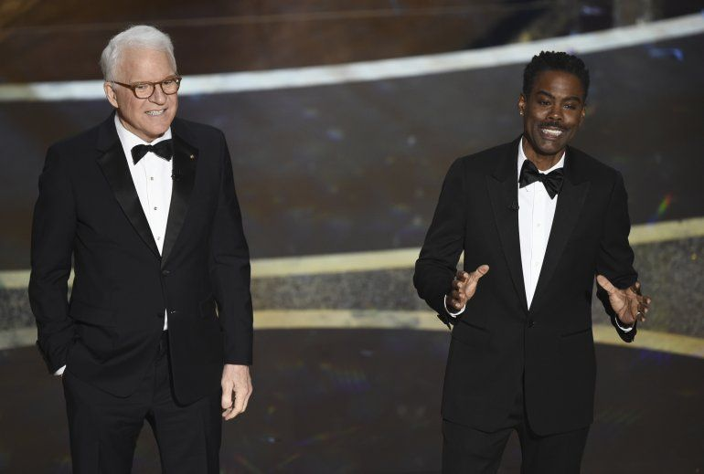 Steve Martin, a la izquierda, y Chris Rock hablan en los Oscar el domingo nueve de febrero del 2020 en el Teatro Dolby en Los Angeles.