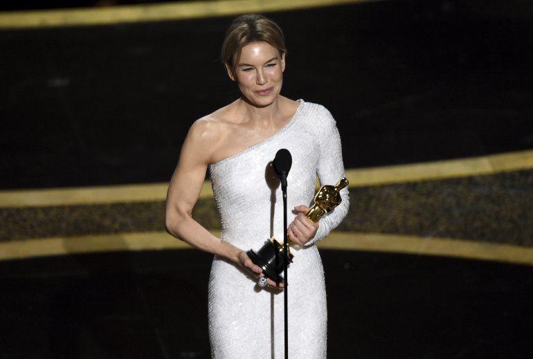 """Renee Zellweger recibe el Oscar a la mejor actriz por """"Judy"""", el domingo nueve de febrero de 2020 en el Teatro Dolby en Los Angeles."""