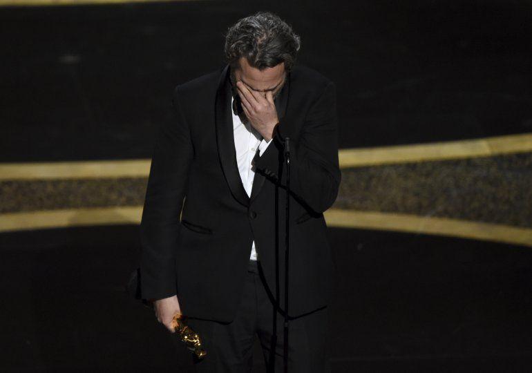 """Joaquin Phoenix recibe el Oscar al mejor actor por """"Joker"""" el domingo nueve de febrero de 2020 en el Teatro Dolby en Los Angeles."""