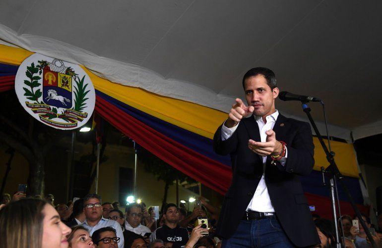 El presidente encargado de Venezuela, Juan Guaidó, habla desde la Plaza Bolívar, al este de Caracas, a su regreso de una gira internacional de 23 días.