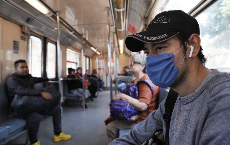 Un hombre usa una mascarilla protectora como medida de precaución de salud por el coronavirus en un vagón del metro de la Ciudad de México, el viernes 28 de febrero de 2020.