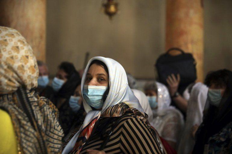 Unas personas visitan la histórica Iglesia de la Natividad, en Belén, Cisjordania, el 5 de marzo de 2020. El recinto, donde los cristianos creen que nació Jesús, cerrará de forma indefinida como medida de precaución por el coronavirus.