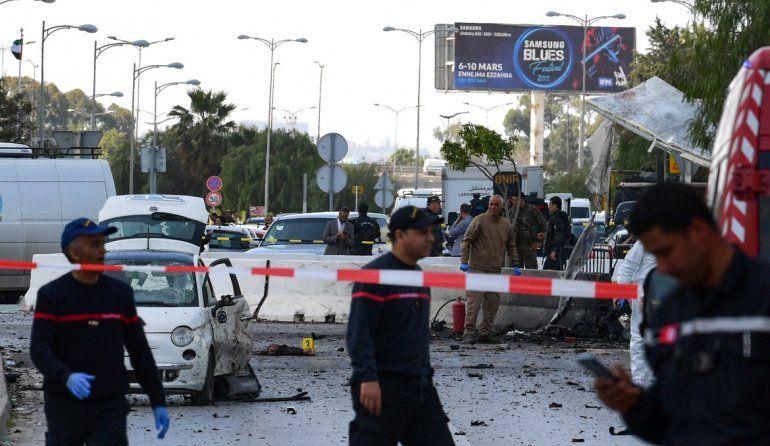 La policía y los bomberos se reúnen en el lugar de una explosión cerca de la embajada de los Estados Unidos en la capital tunecina Túnez el 6 de marzo de 2020.