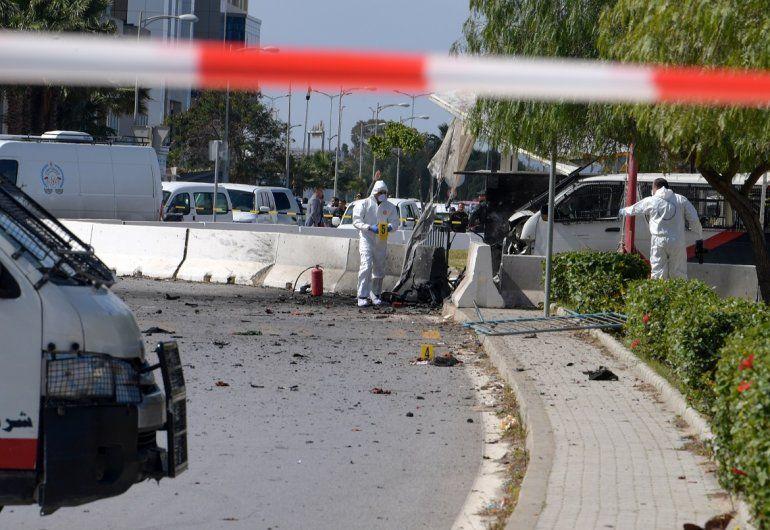 Un funcionario de la policía dijo que un asaltante había intentado ingresar a la embajada pero que la policía lo había impedido.