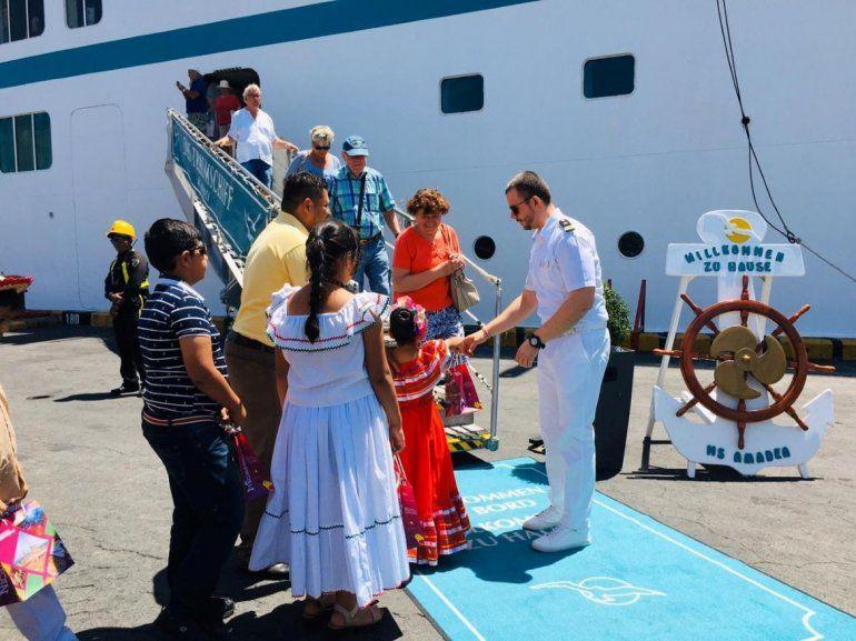 Pese a la amenaza de la pandemia de coronavirus, el régimen sandinista expone a niños al enviarlos a recibir a turistas europeos del Crucero