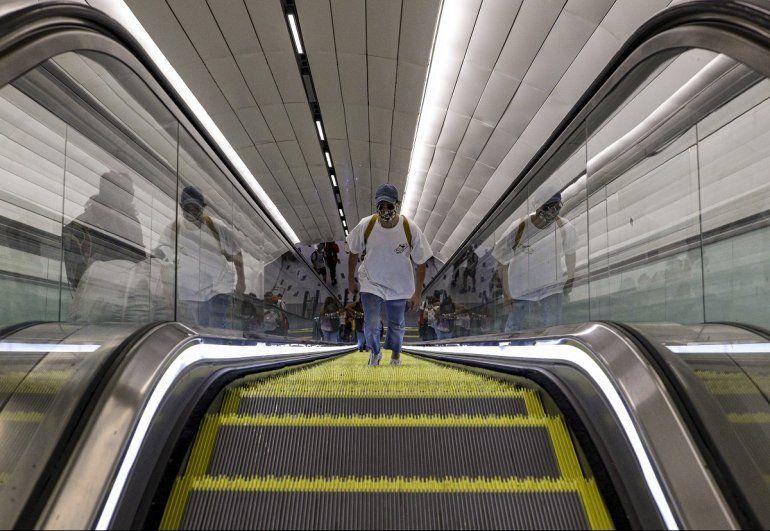 Un hombre usa una máscara facial como medida de precaución contra la propagación del nuevo coronavirus dentro de una estación del metro en Santiago de Chile, donde no se ha declarado la cuarentena general, el miércoles 18 de marzo de 2020.