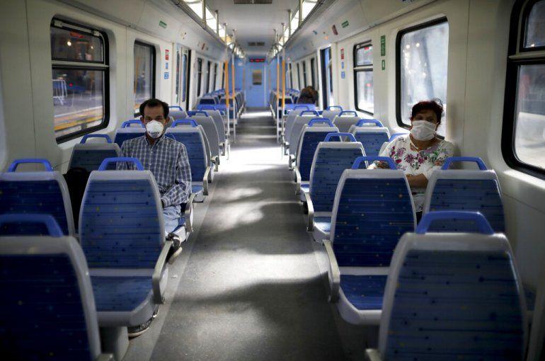 Pasajeros usan máscaras como precaución contra la propagación del nuevo coronavirus en un tren vacío en Buenos Aires, Argentina, el viernes 20 de marzo de 2020.