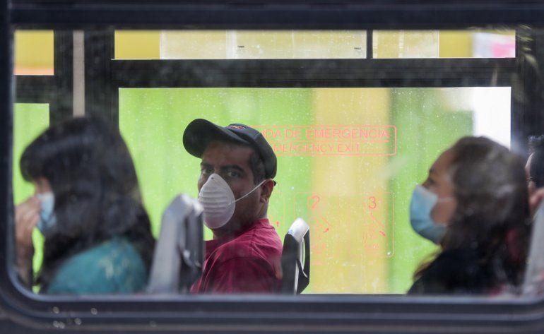 Personas usan mascarillas a bordo de un autobús para evitar la propagación del nuevo coronavirus en Ciudad de México, el martes 31 de marzo de 2020.