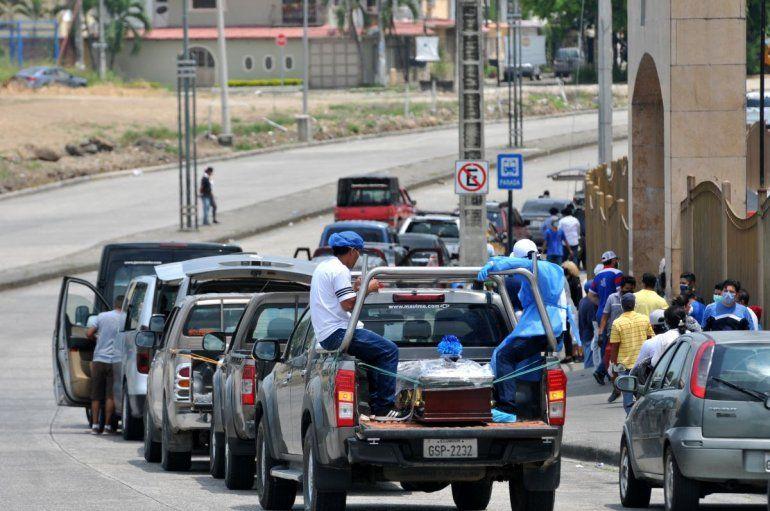 Vehículos que transportan ataúdes se alinean frente a un cementerio en Guayaquyil, Ecuador, el 6 de abril de 2020.
