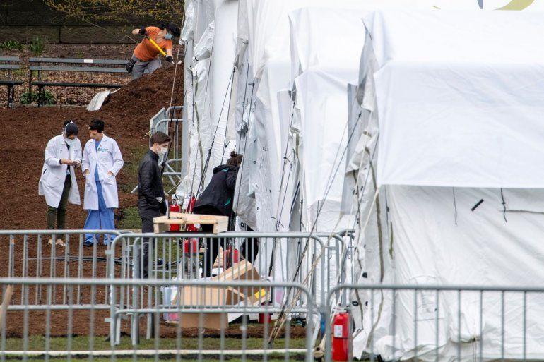 La pandemia del coronavirus sigue aumentado el número de contagios y muertos en el mundo. En la foto médicos trabajan en un hospital de campaña en el Central Park de Nueva York el 31 de marzo de 2020.
