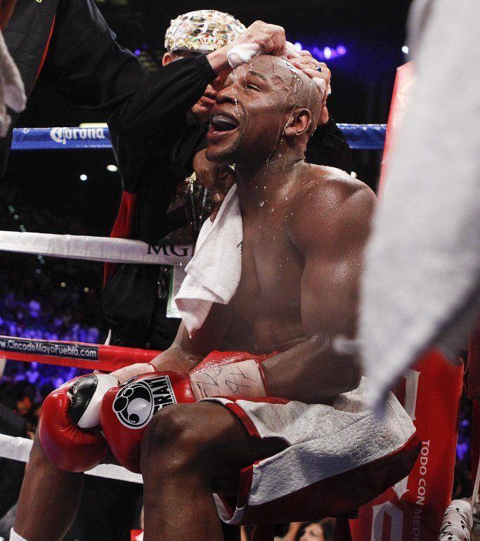 En esta imagen del sábado 5 de mayo de 2012, Floyd Mayweather en su esquina entre rounds durante la pelea de campeonato mundial de peso welter ante Miguel Cotto, en Las Vegas.
