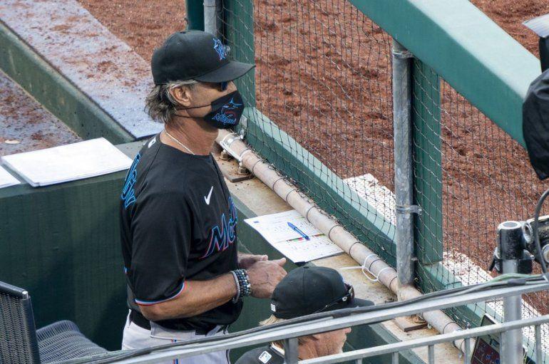 El manager de los Miami Marlins, Don Mattingly,durante el juego de béisbol contra los Filis de Filadelfia, el sábado 25 de julio de 2020, en Filadelfia.