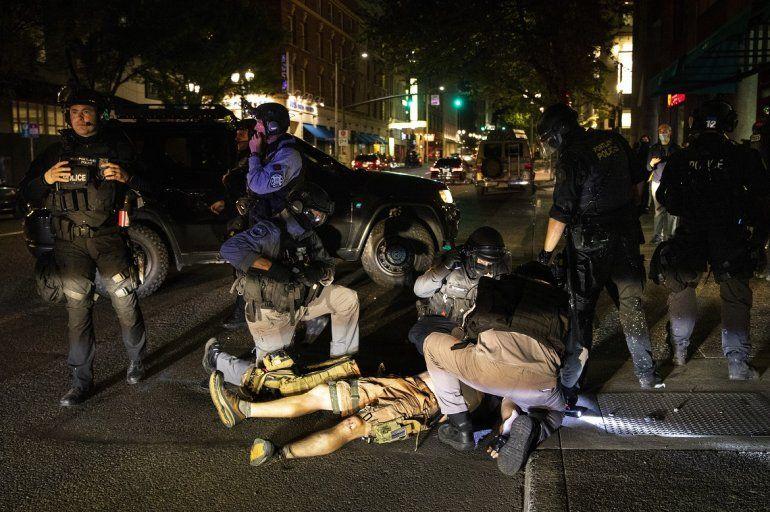 Un hombre recibe atención tras recibir un disparo el sábado 29 de agosto de 2020, en Portland, Oregon. Partidarios del presidente Donald Trump se enfrentaron con manifestantes en el centro de la ciudad más grande de Oregon, la cual ha sido escenario de protestas nocturnas a lo largo de tres meses.