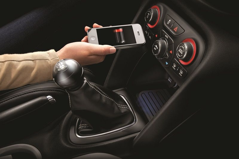 Resultado de imagen para cargar el celular en el auto