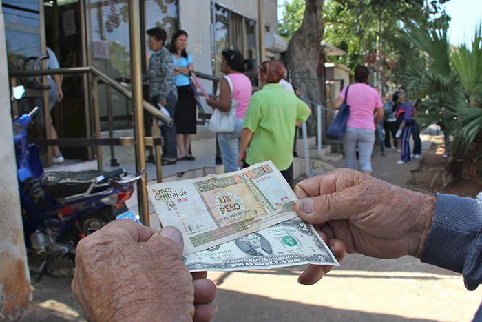 Los cubanos esperan el d a cero de la reforma monetaria for Oficina western union sevilla