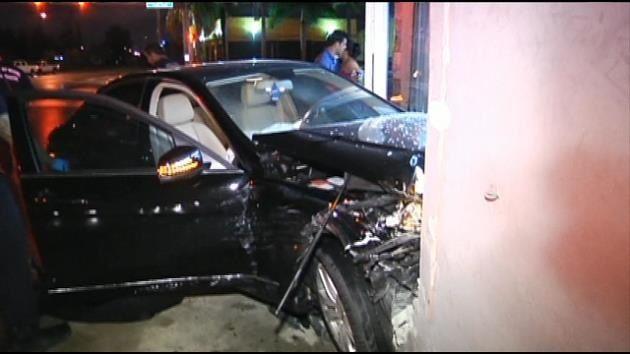 Vehículo impacta una tienda de muebles en Miami