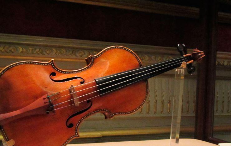 5f2792878 El violinista, que compró el Stradivarius en 1943 y era el único que había  tocado desde entonces, lo dejó en su oficina en la Escuela de Música para  saludar ...