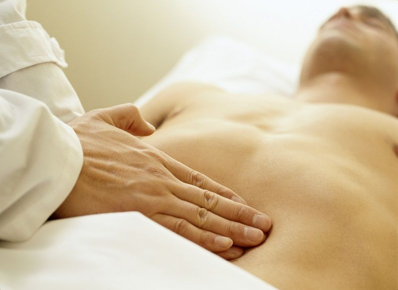 dolor agudo desde el ombligo hasta la ingle femenina
